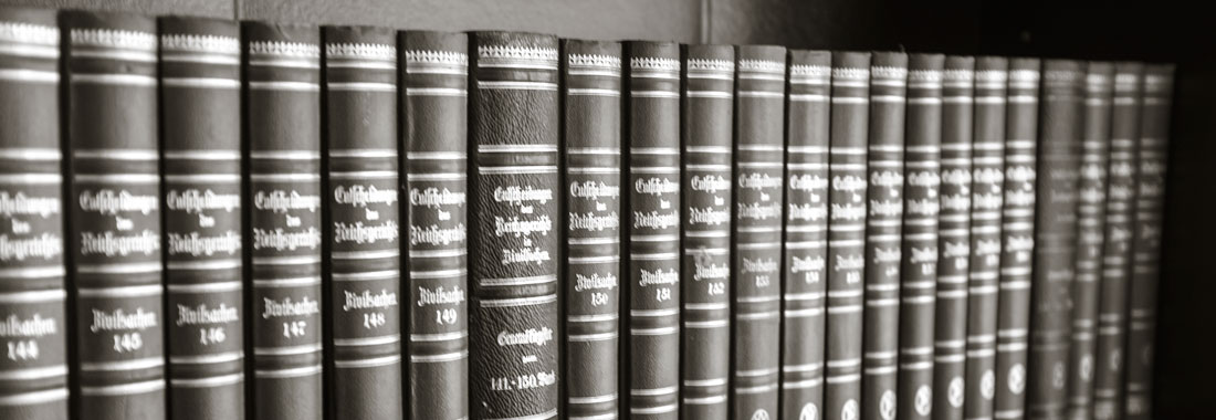 Buchregal mit Gesetzestexten