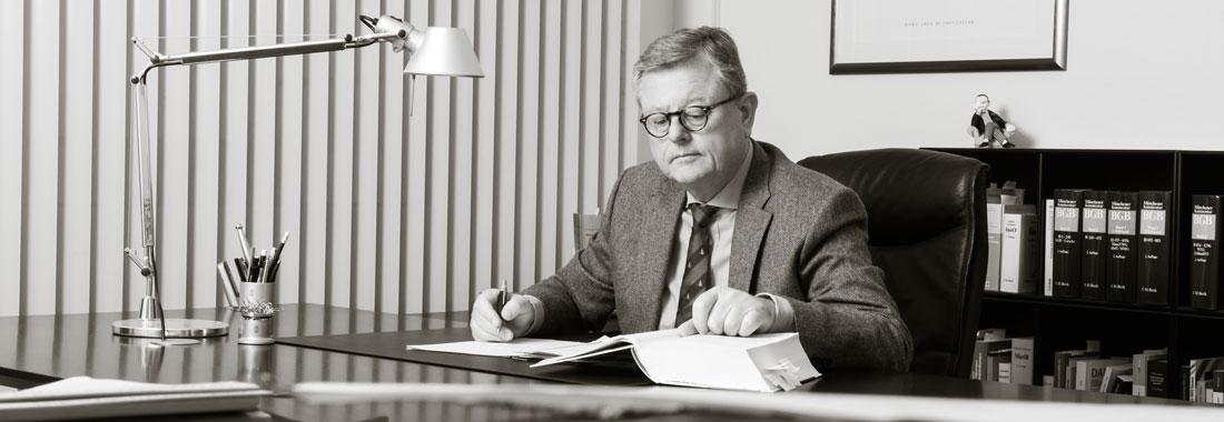 Roland Schmitter im Büro